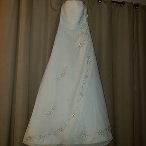 David's Bridal strapless wedding gown, size 6